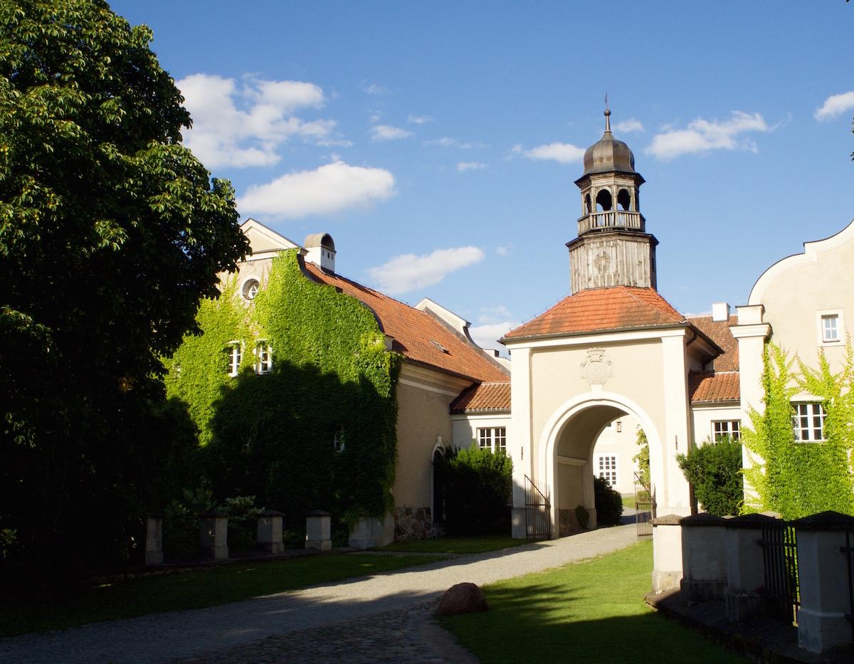 Brama wjazdowa do pałacu.